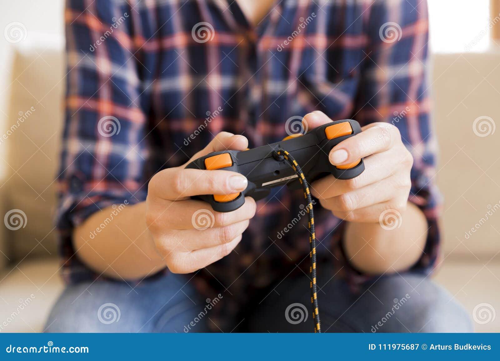 Junges Mädchen, das Steuerknüppel beim Spielen von Videospielen hält