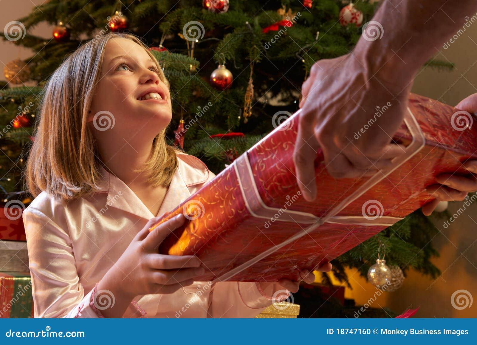 Junges Mädchen, Das Weihnachtsgeschenk Empfängt Stockfoto - Bild von ...