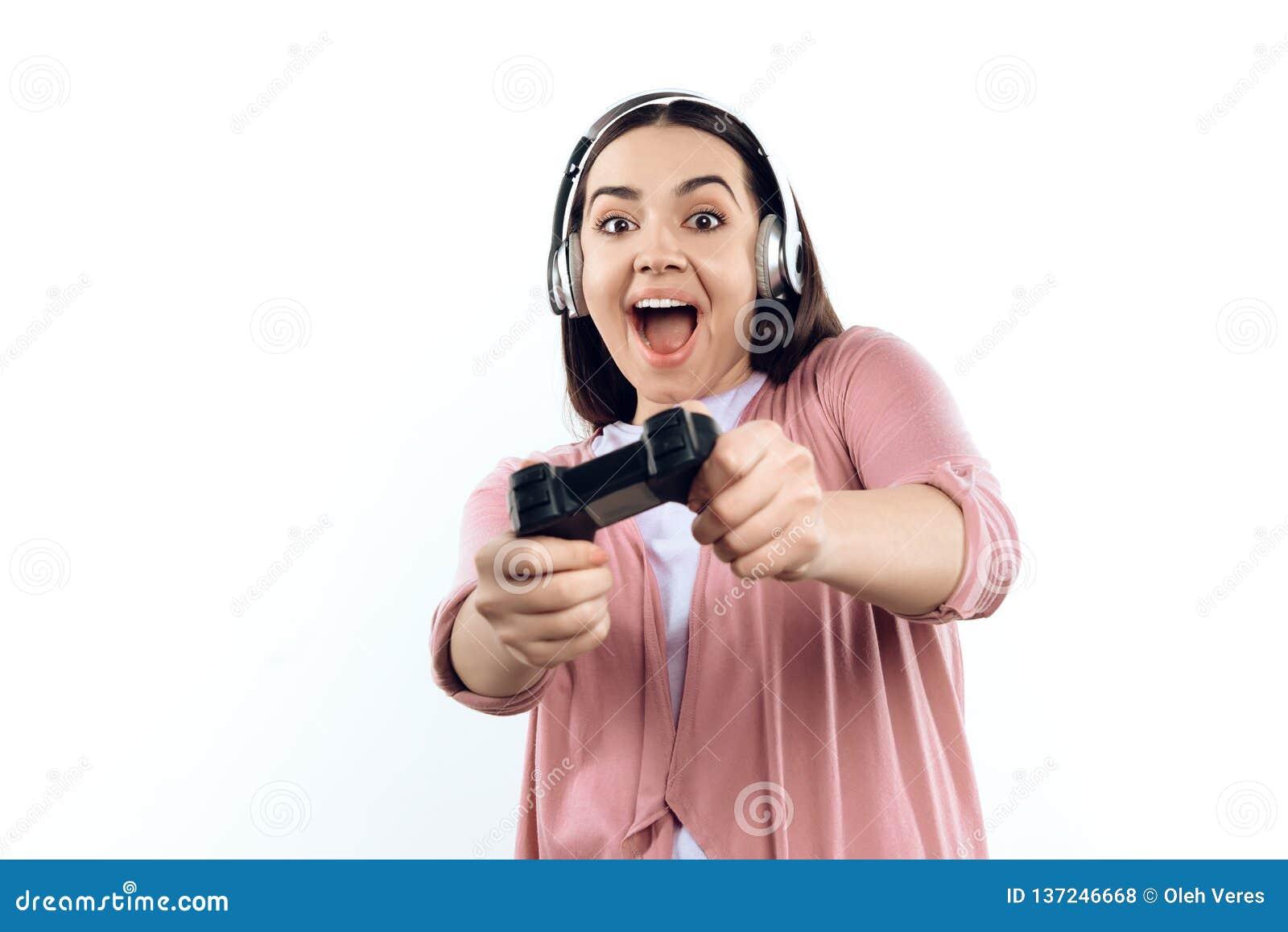 Junges Mädchen Gamer in den Kopfhörern mit Steuerknüppel