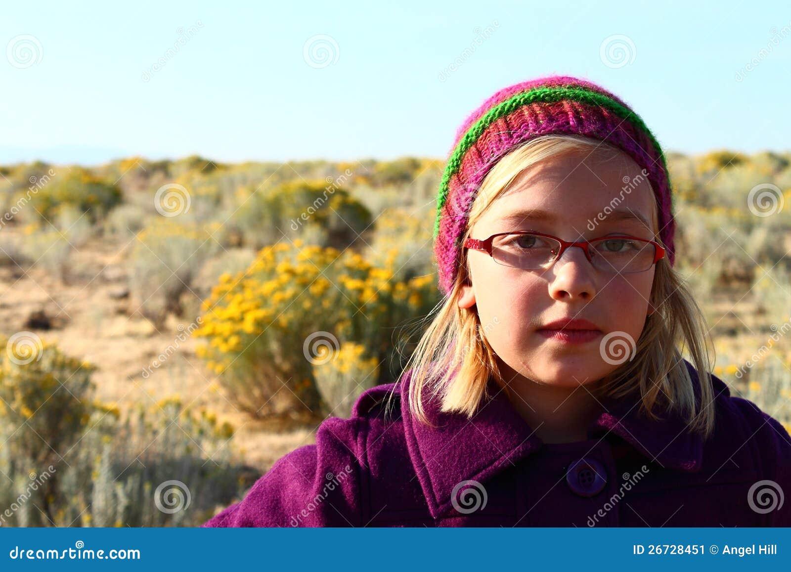 Junges Mädchen in gestricktem Hut