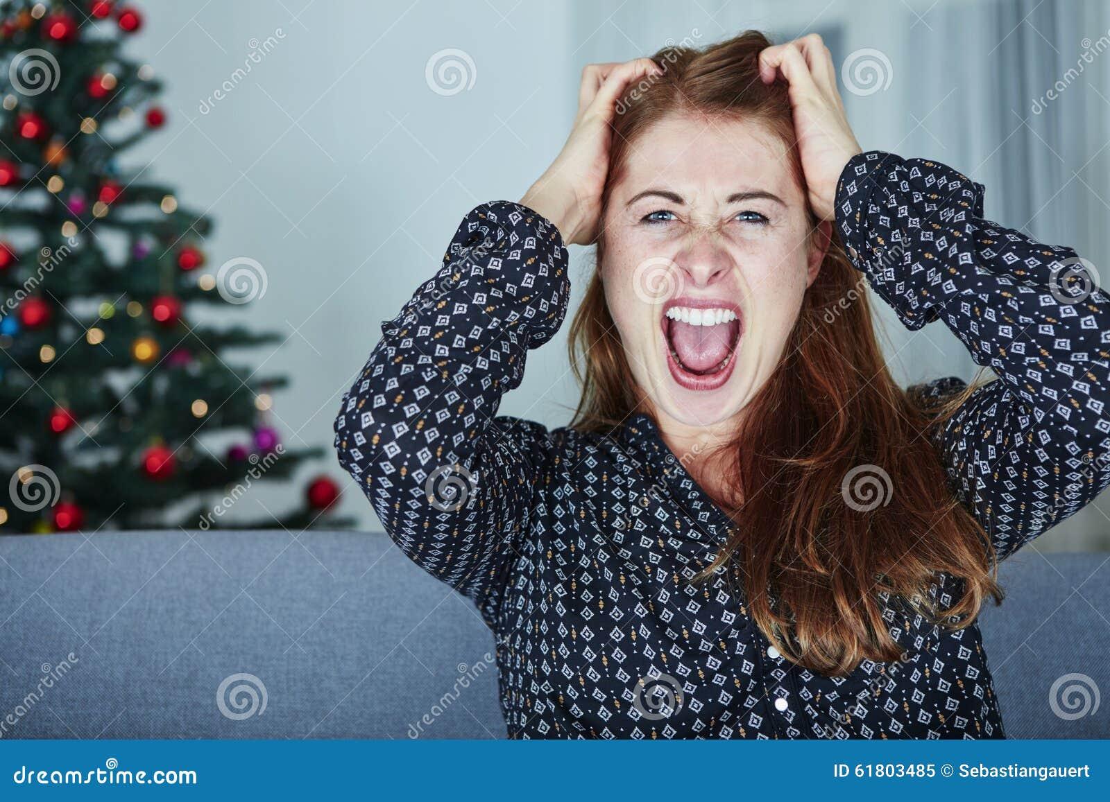 Junges Mädchen ist über Weihnachten frustriert