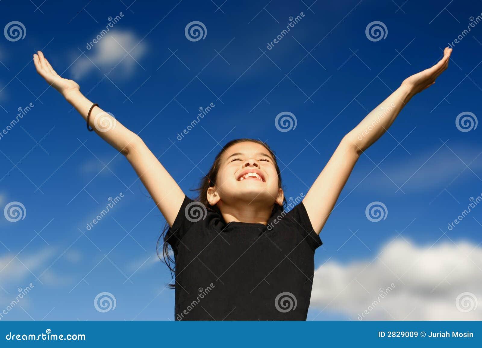 Junges Mädchen mit beiden Armen breit
