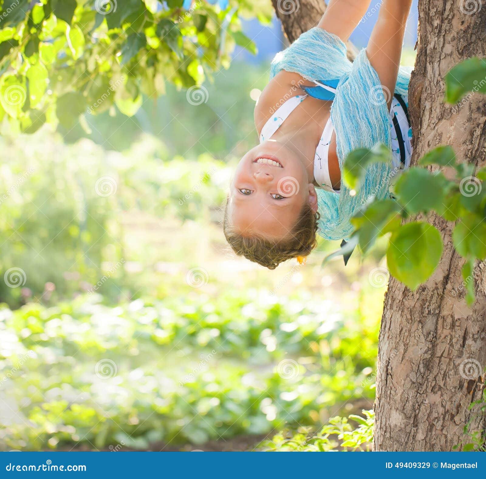 Download Junges Mädchen Mit Blauen Schmetterlingen Stockbild - Bild von farbe, obacht: 49409329
