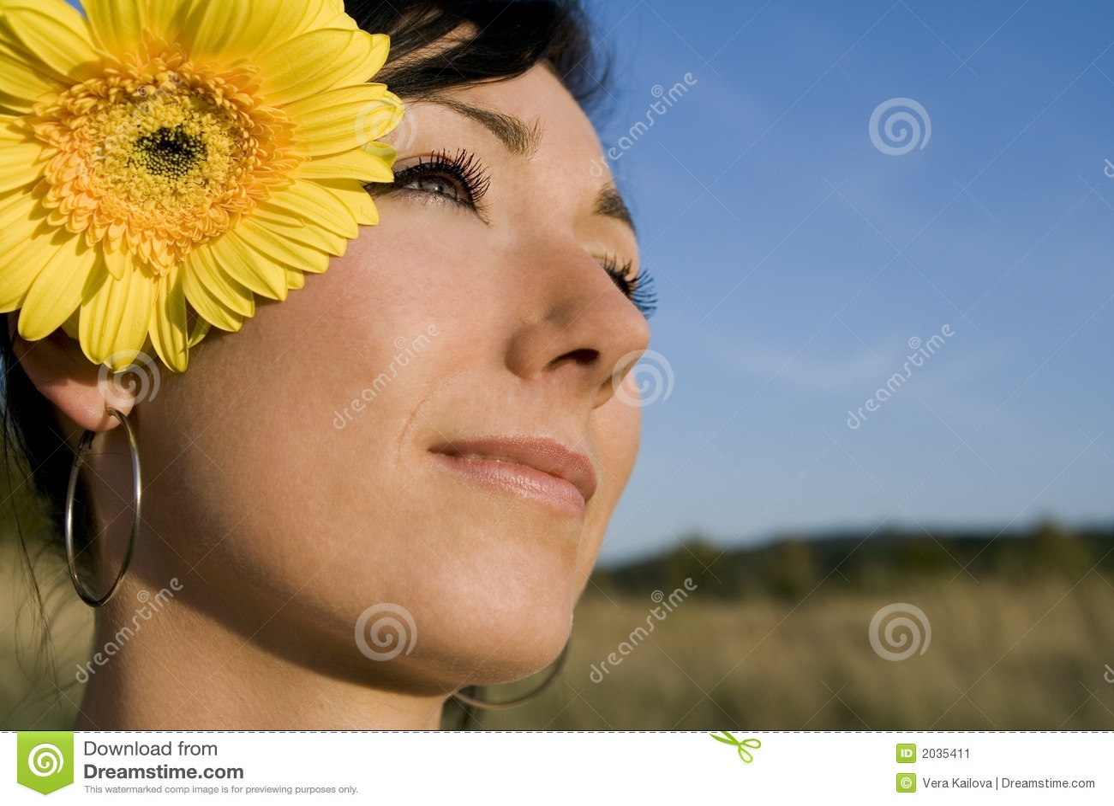 Junges Mädchen mit Blumensommer