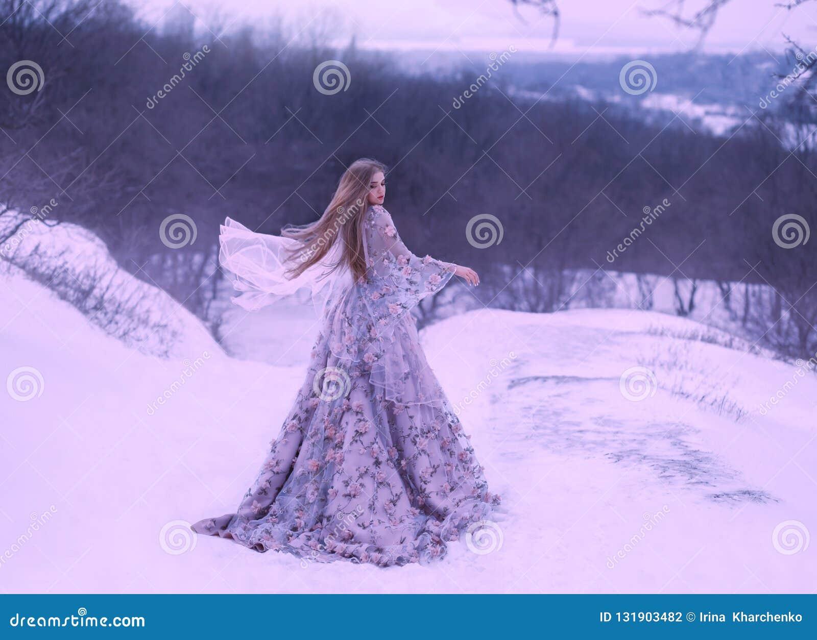 Junges Mädchen mit dem geraden angemessenen Haar im hellen Fliegen, das durch den Wind, purpurrotes lila langes Kleid verziert mi