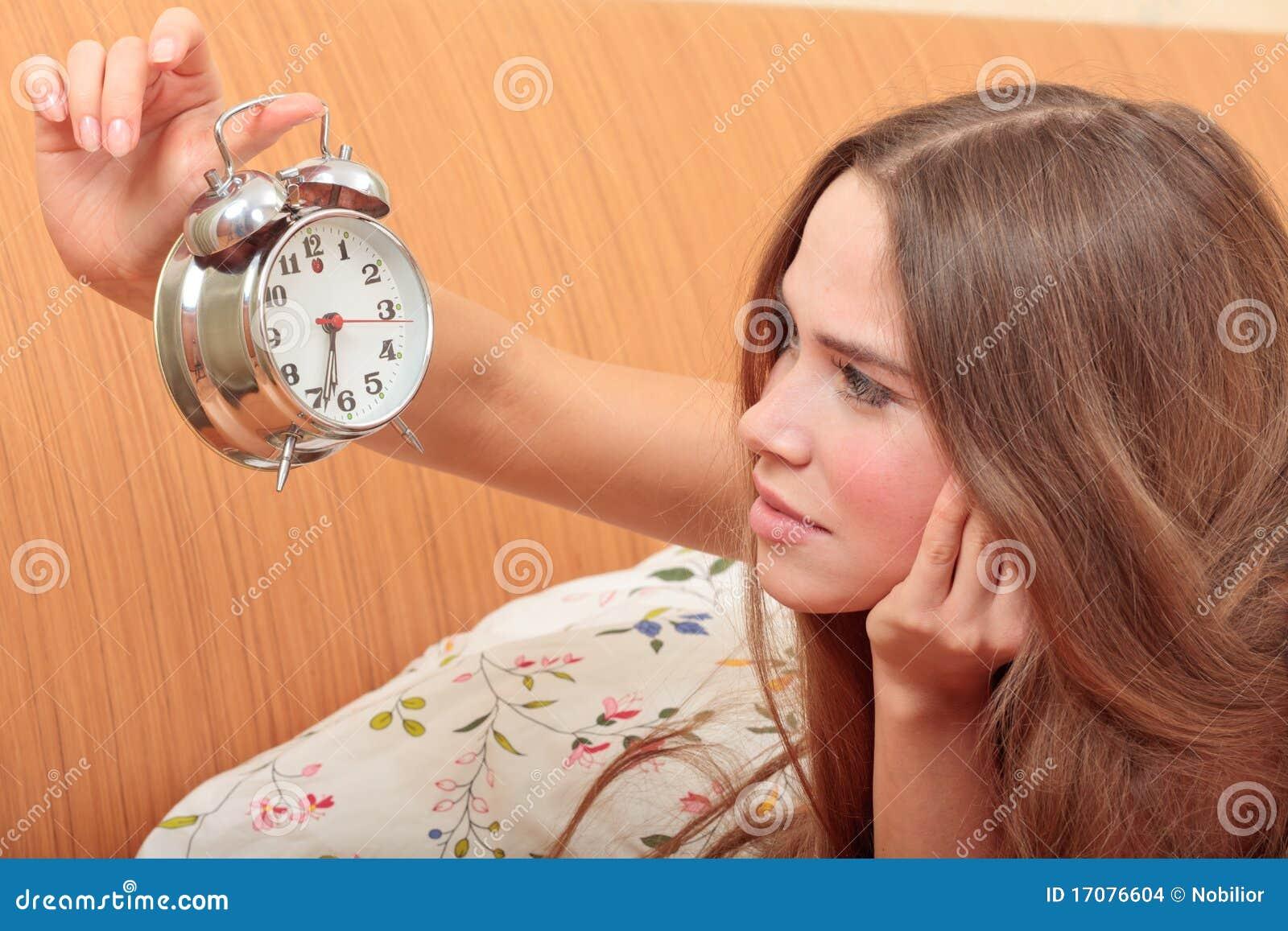 Junges Mädchen und Alarmuhr