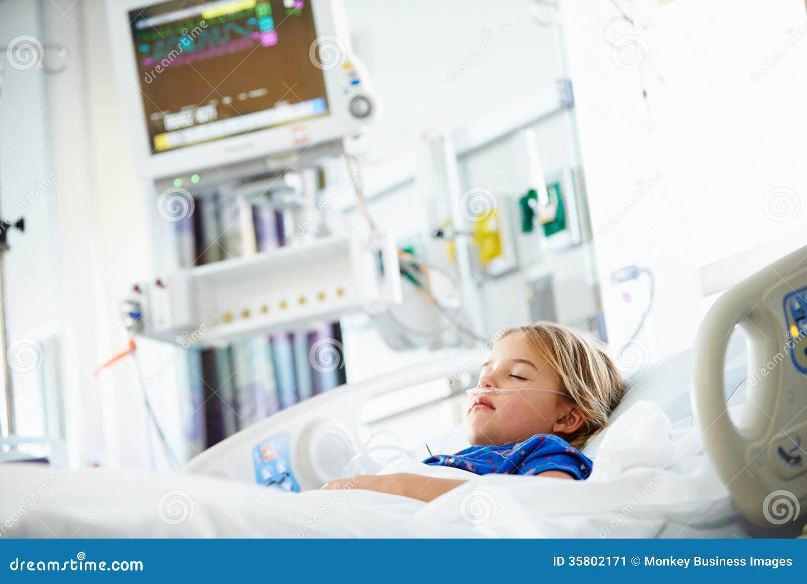 Junges Mädchen, Das Sich Im Krankenhaus-Bett Hinlegt