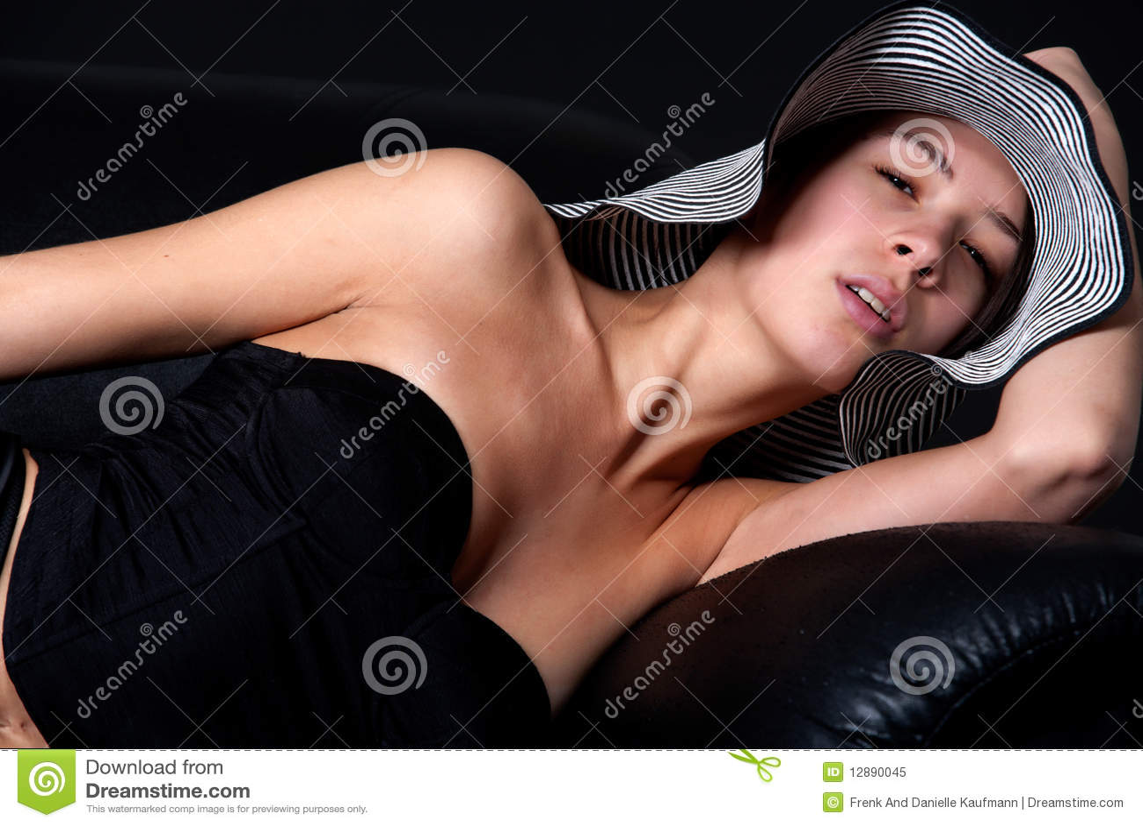 Junges mult etnic Frau im Fünfzigerjahre lingery auf Couch