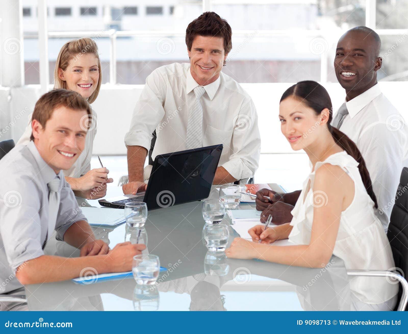 Junges multi kulturelles Geschäfts-Team bei der Arbeit