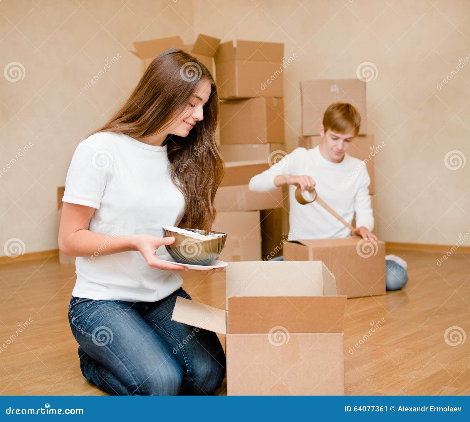 Junges Paar Setzt Sachen In Pappschachteln Für Das Bewegen In Ein ...