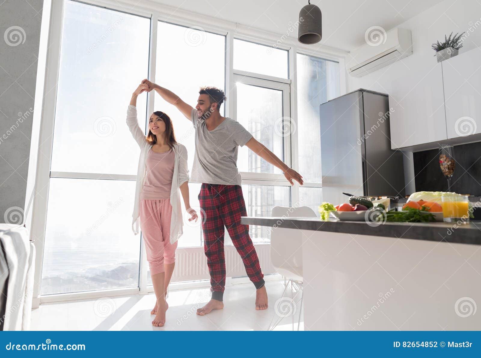 Junges Paar-Tanzen In Der Küche, In Der Reizenden Asiatin Und Im ...