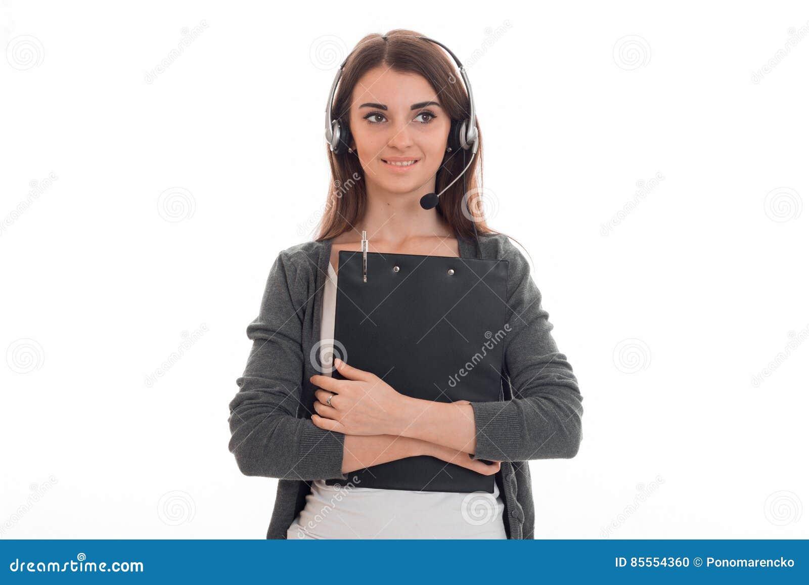 Junges reizend Fernsprechamtmädchen mit den Kopfhörern lokalisiert auf weißem Hintergrund im Studio