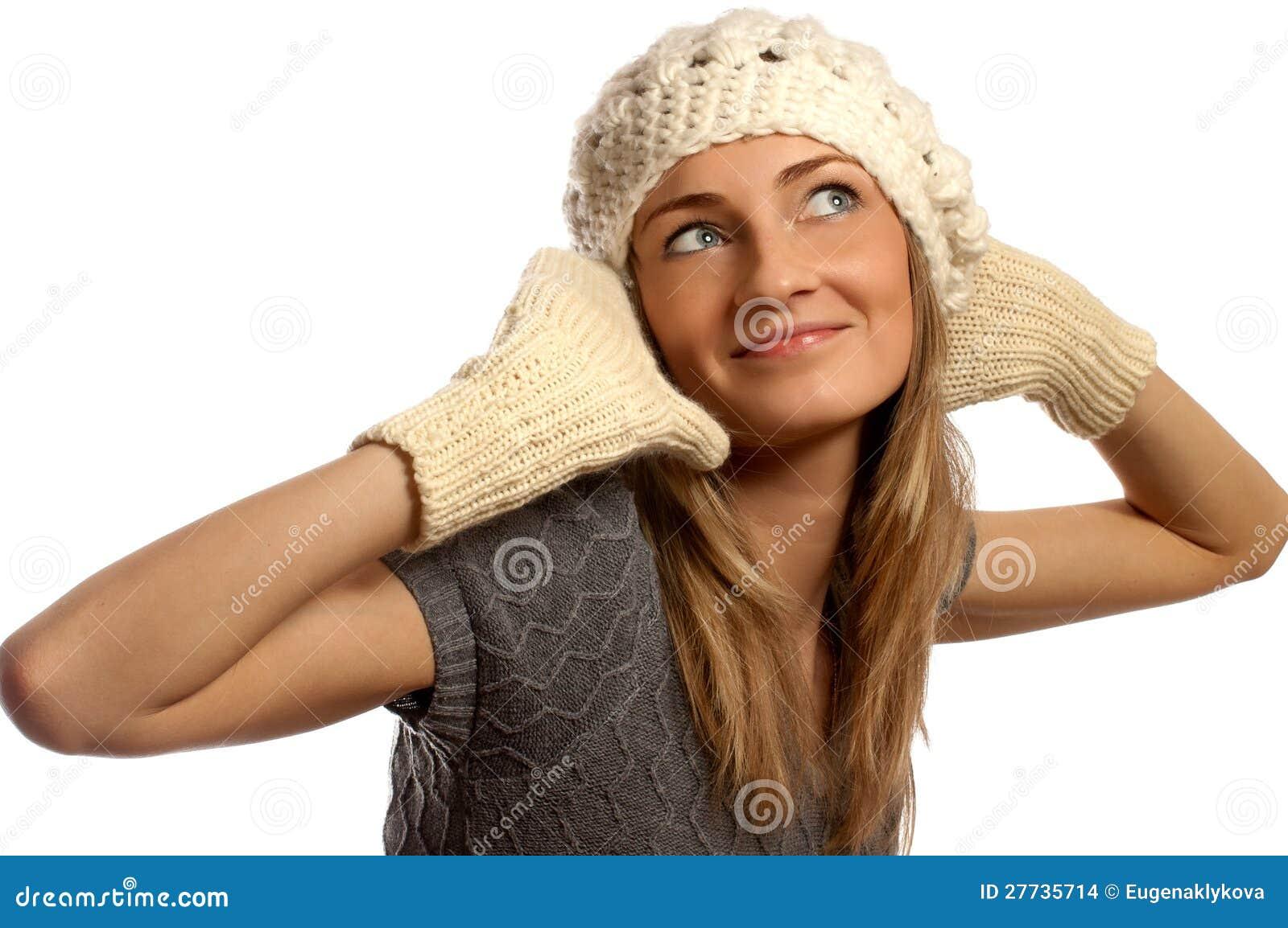 Junges schönes lächelndes Mädchen in der Winterkleidung