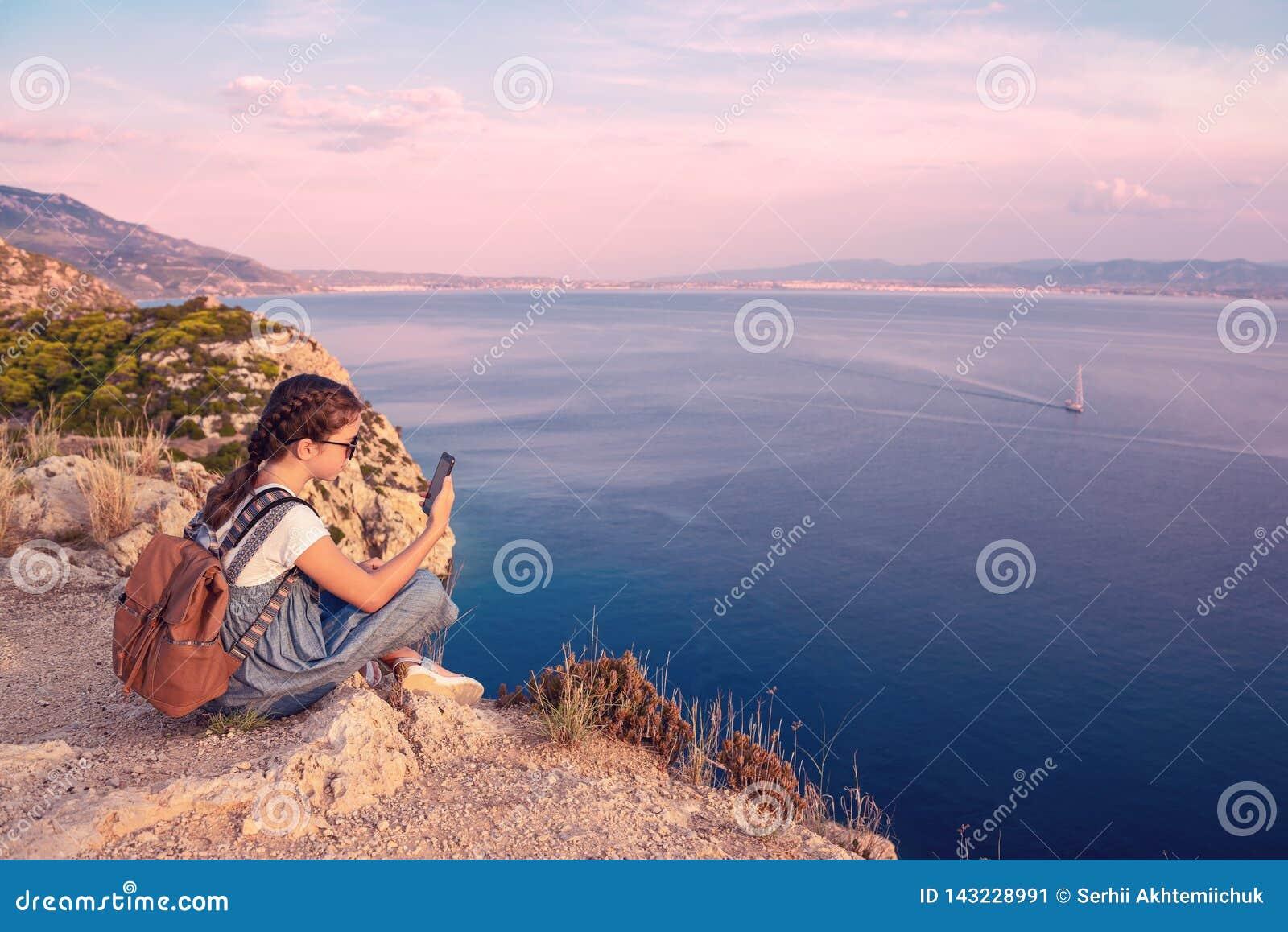 Junges schönes Mädchen, das entlang die Küste des Mittelmeeres reist
