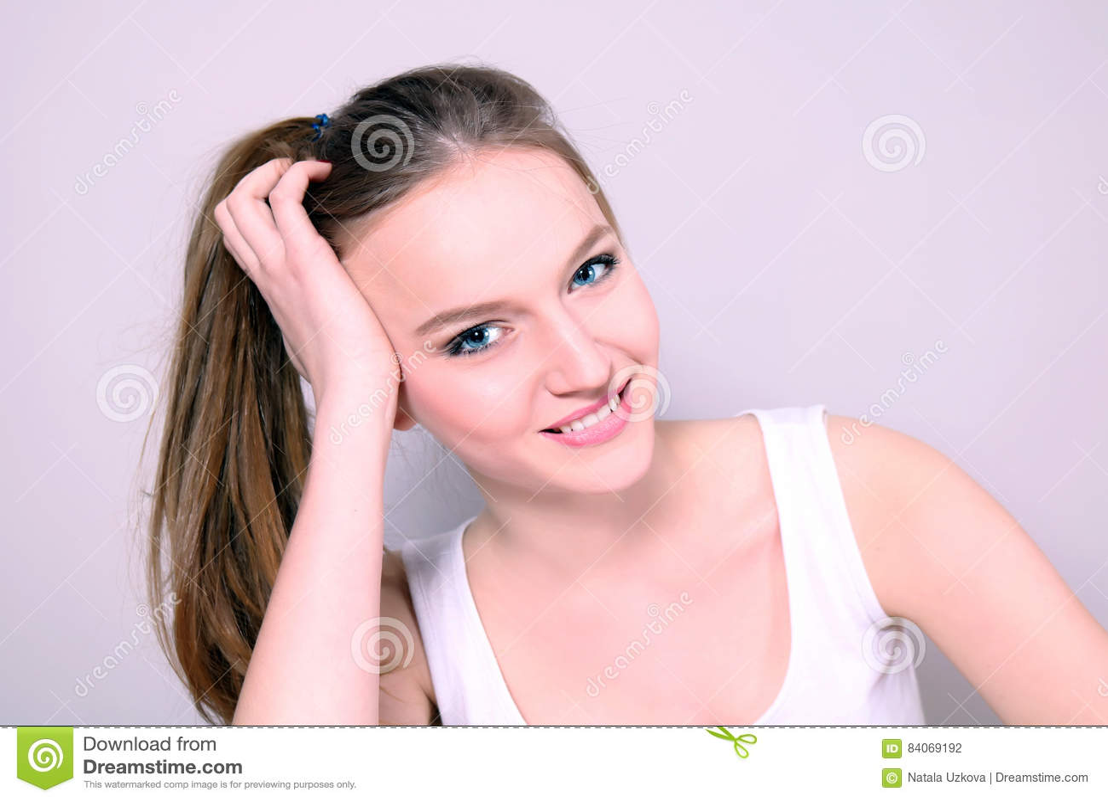 Junges schönes Mädchen, das herzlichst lächelt