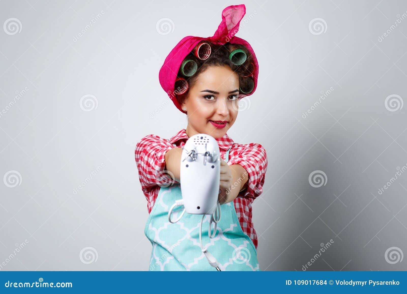 Junges schönes Mädchen, das Mischer hält