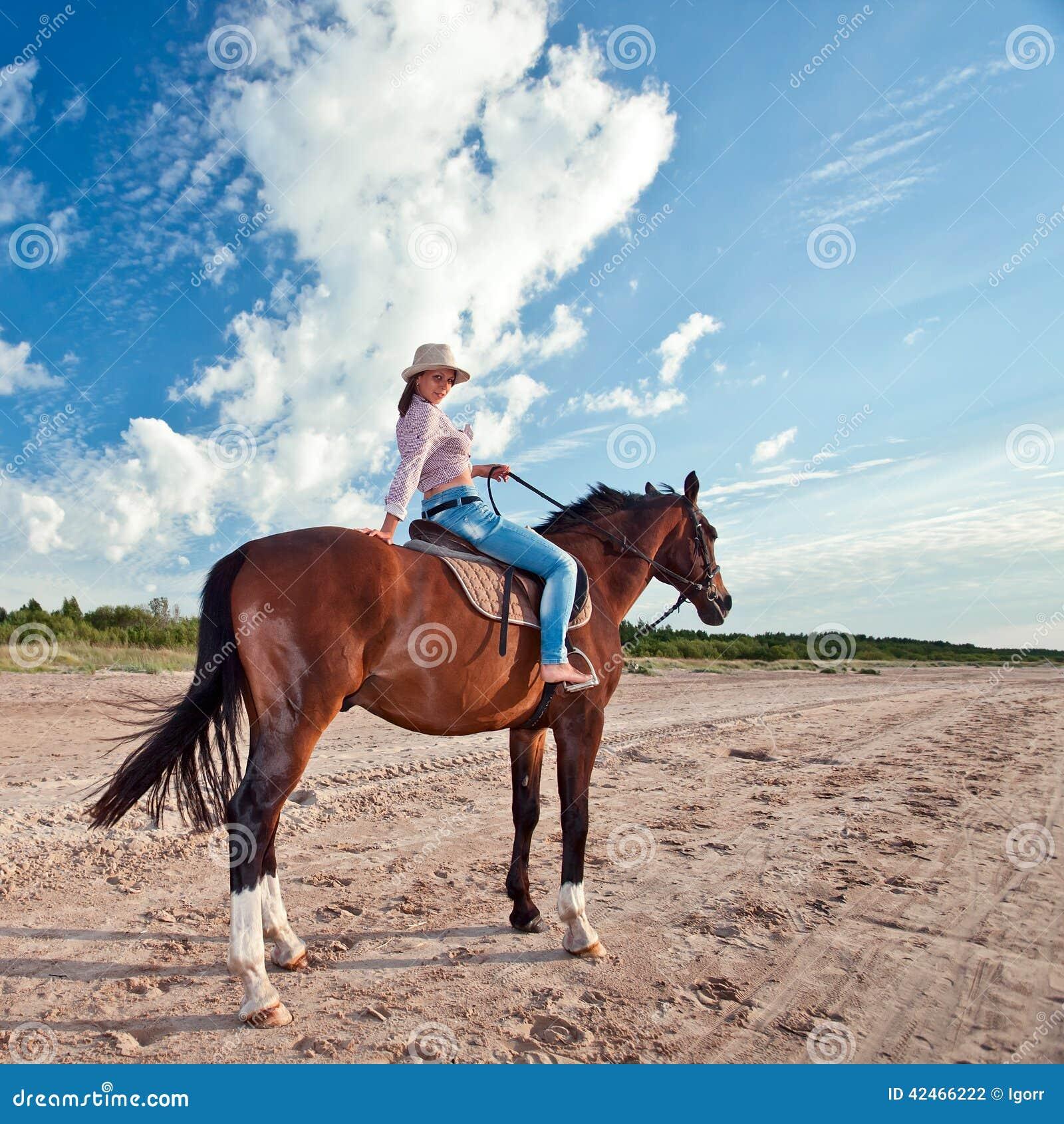 Junges schönes Mädchen mit Pferd