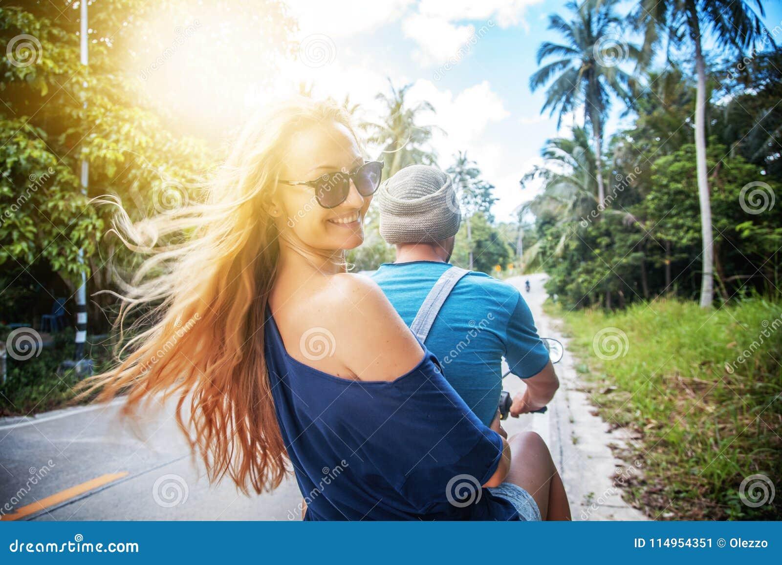 Junges schönes Paar reitet den Dschungel auf einen Roller, Reise, Franc