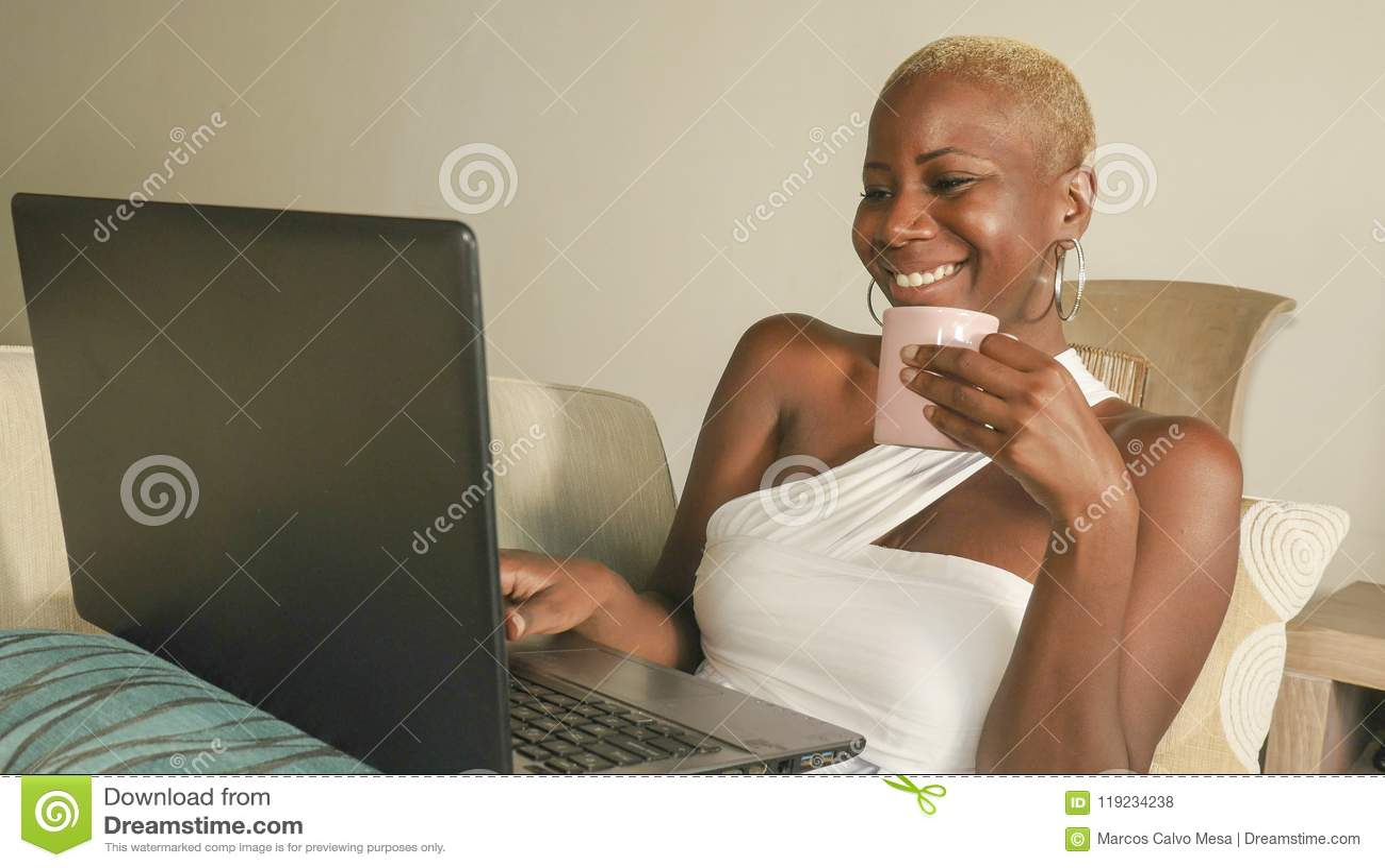 Junges schönes und glückliches schwarzes afroes-amerikanisch Frauenlächeln aufgeregt, Spaß auf Internet unter Verwendung des Soci