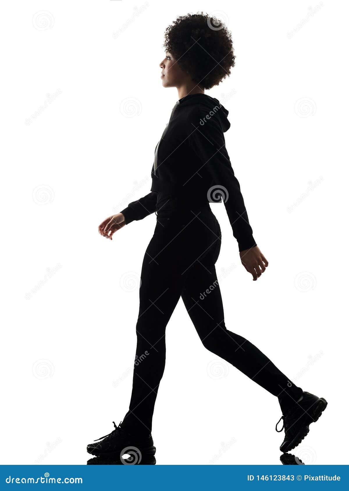 Junges Schattenbild des gehenden Schattens der Jugendlichm?dchenfrau lokalisiert