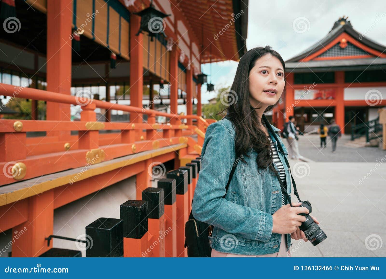 Junges weibliches asiatisches Fotografschießen