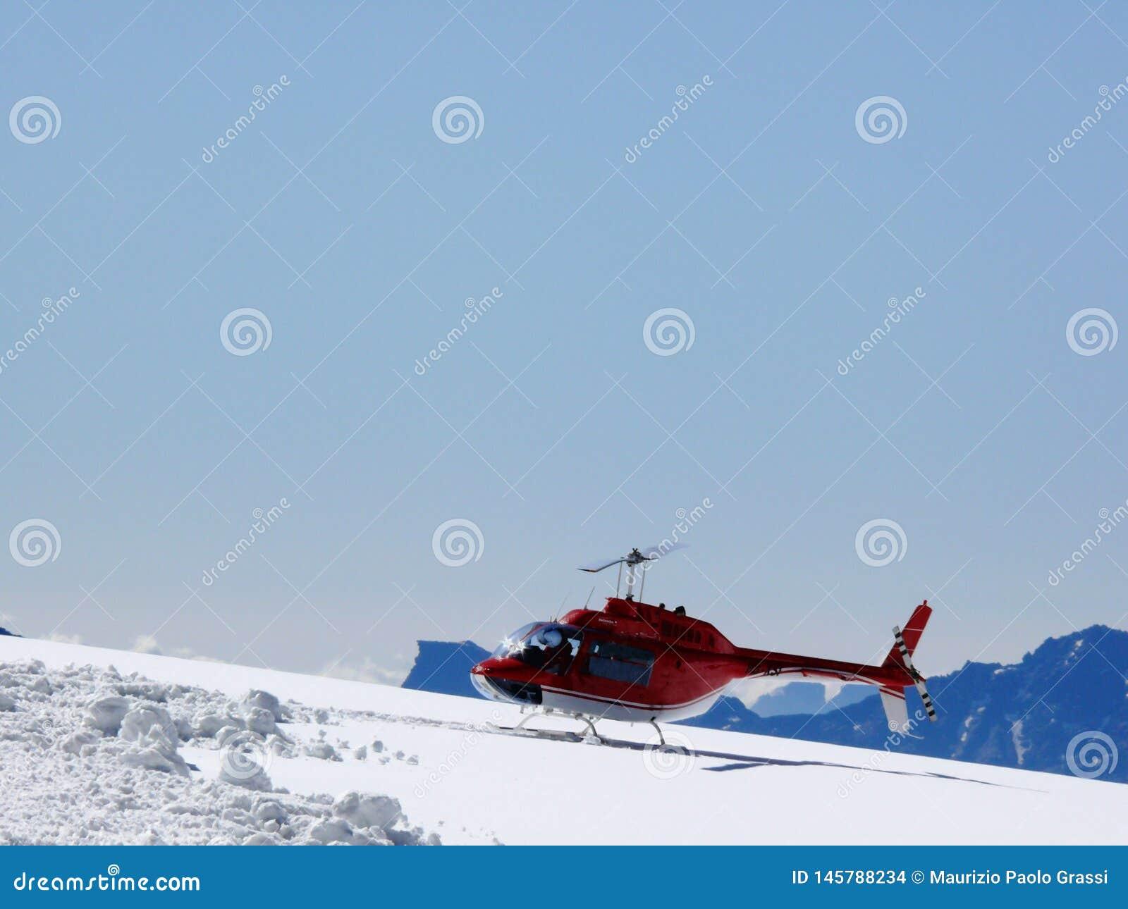 Jungfrau, Suiza Helic?ptero rojo en nieve de la alta monta?a