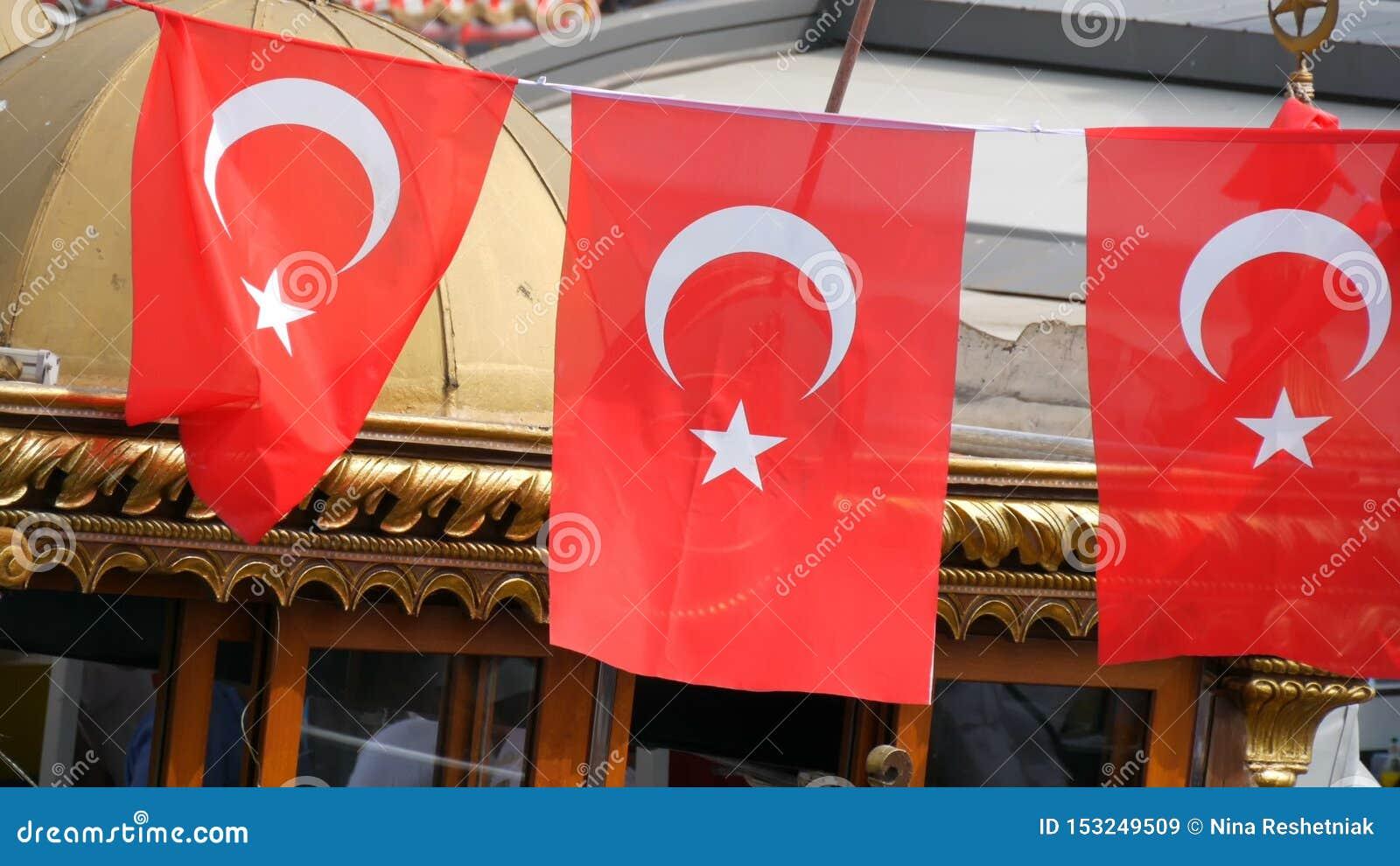 11. Juni 2019 - Istanbul, die Türkei: Türkische Staatsflaggewellen im Wind gegen Himmel in Eminonu-Pier stock video footage