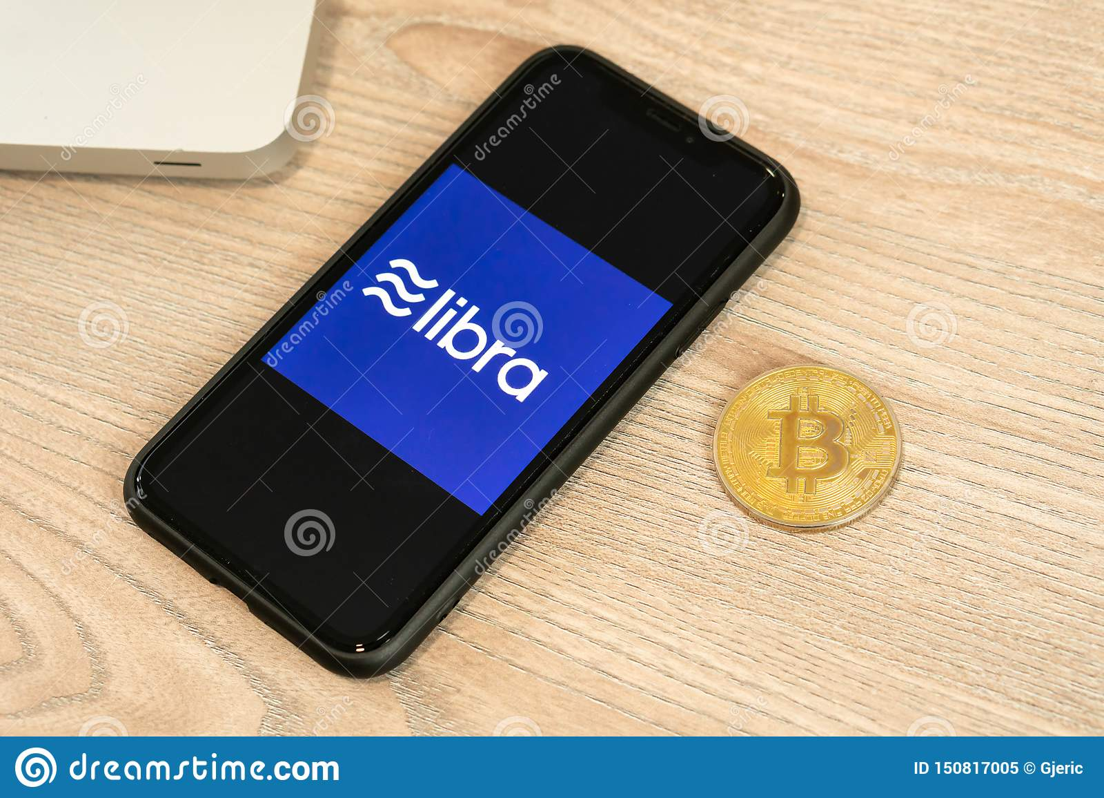 18 Juni 2019, Ljubljana Slovenien - smartphone med Våglogo på den, bredvid det Bitcoin myntet Facebook nya globalt