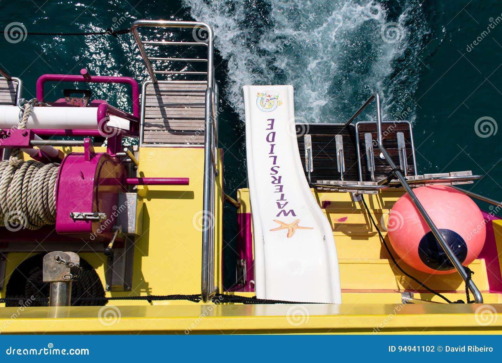 16 juni, 2017, Porto Colom, Mallorca, Spanje - Zeester de overzeese avonturenboot glijdt passagiersgebruik
