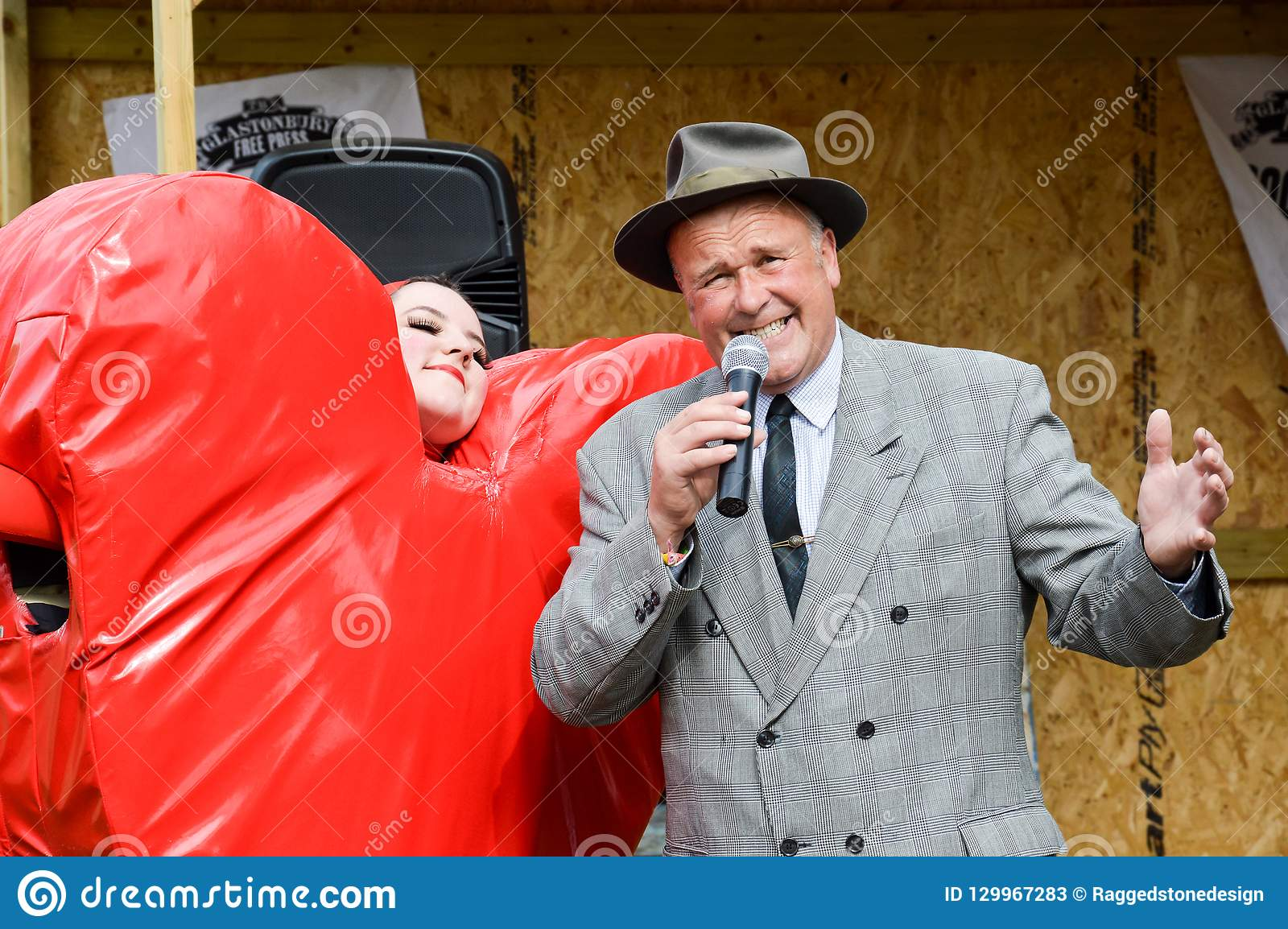 Juni 28th, 2015 En gentlemansångare som kläs som en 40-talrefrängsångare
