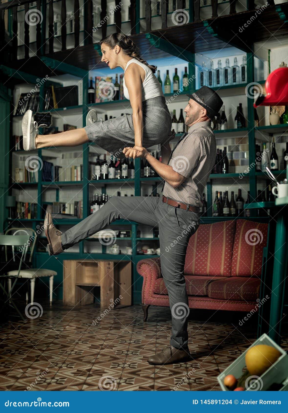 Junte el baile y el salto en un cuarto del café del vintage