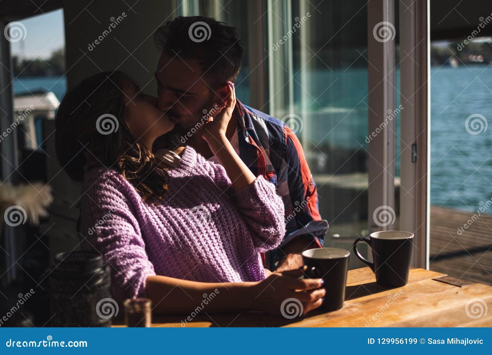 Junte el café que se besa y de consumición por el río