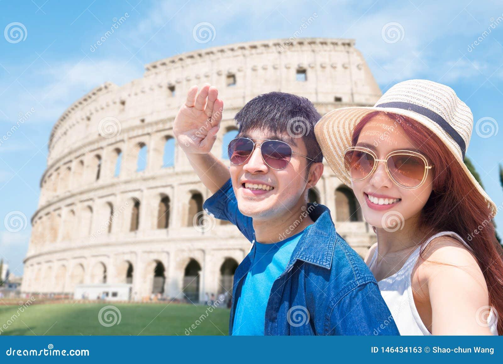 Junte el selfie feliz en Italia