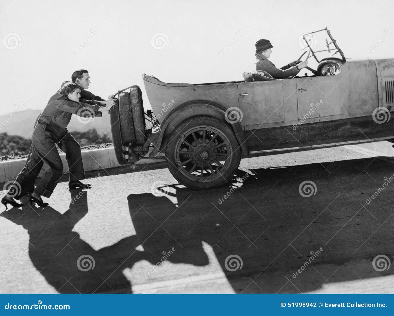 Junte empujar a la mujer en coche encima de la colina (todas las personas representadas no son vivas más largo y ningún estado ex