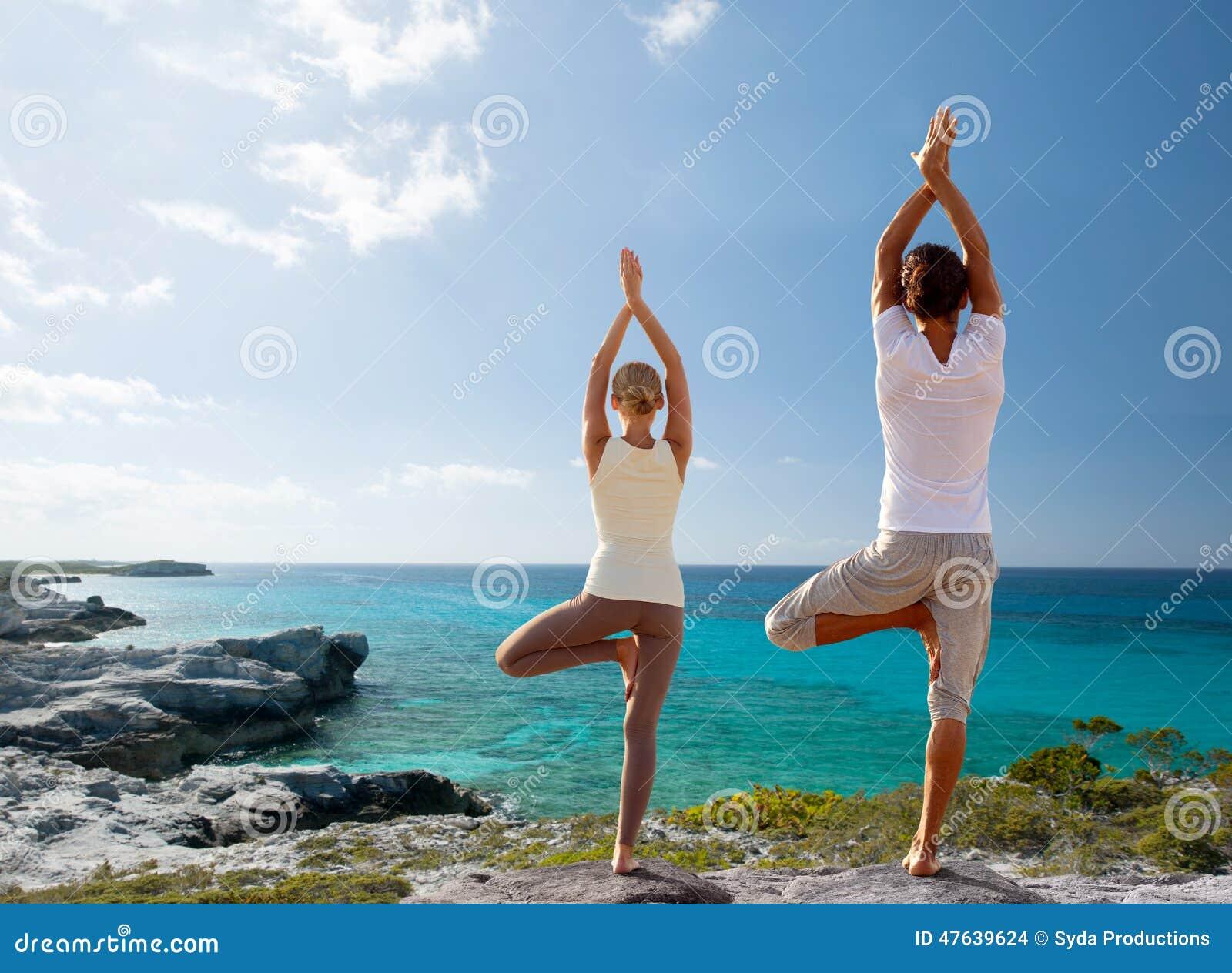 Junte la fabricación de ejercicios de la yoga en la playa de la parte posterior
