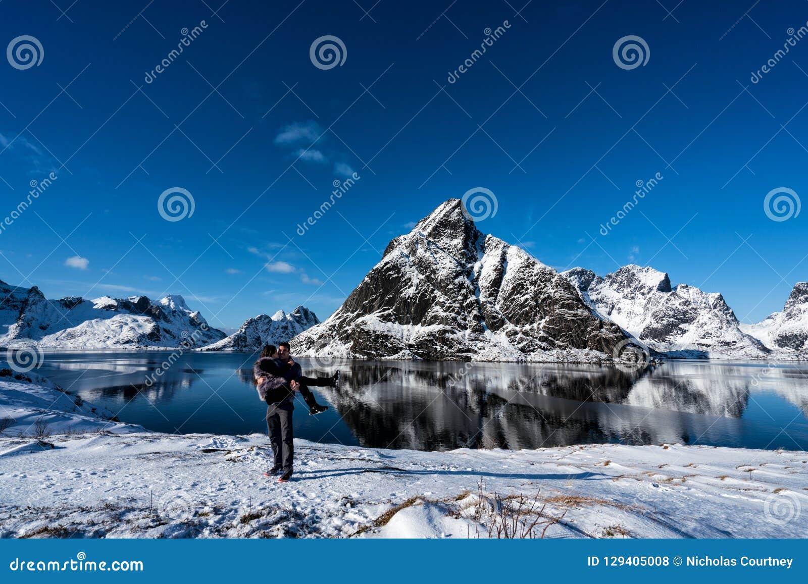 Junte la presentación en las montañas de las islas de Lofoten Reine, Noruega