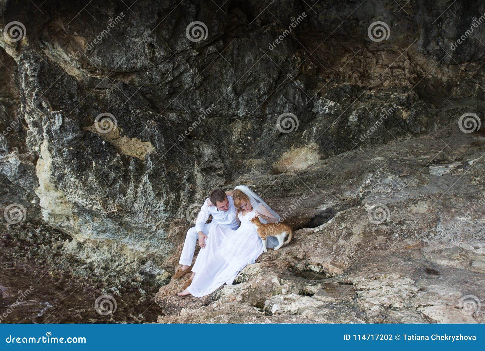 Junte a los recienes casados novia y las risas y las sonrisas del novio el uno al otro, feliz y alegre momento Hombre y mujer en