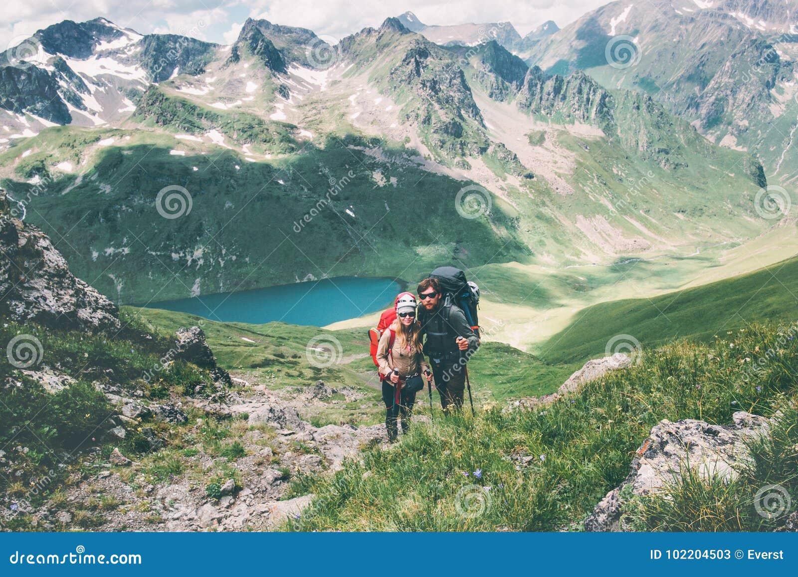 Junte a los viajeros hombre y la mujer que sube en montañas ama y viaja concepto feliz de la forma de vida de las emociones Famil