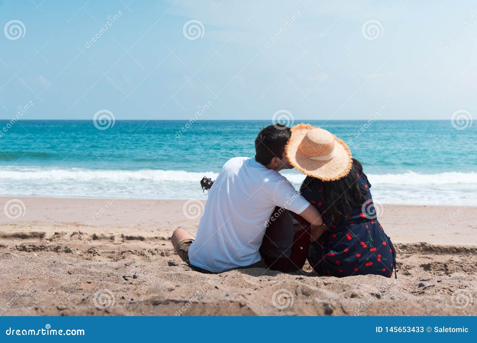 Junte pasar tiempo en la playa con una guitarra
