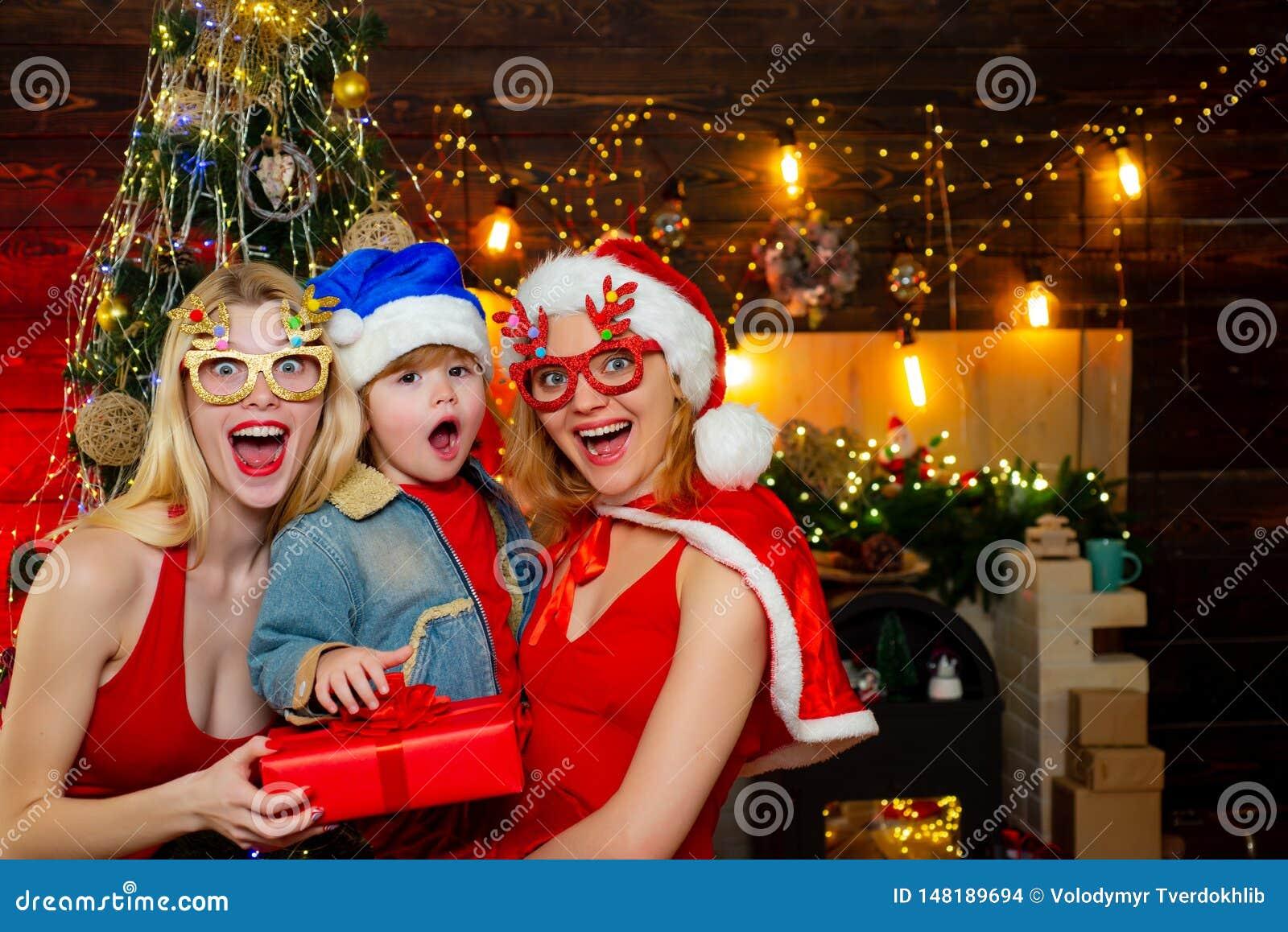 Junte-se ? celebra??o Divertimento da fam?lia do Natal Festa de Natal Vestidos vermelhos das mulheres para comemorar o Natal com