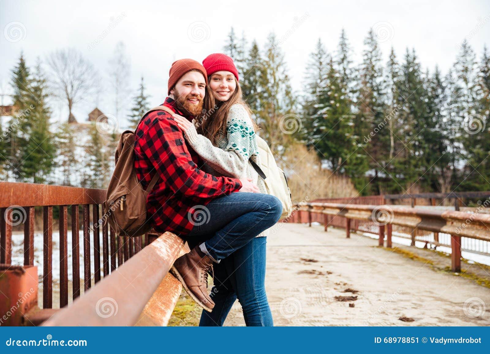 Junte sentarse en el puente viejo en el bosque