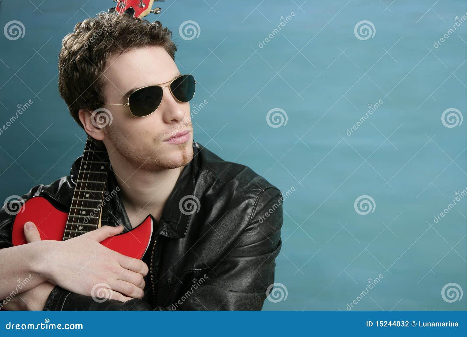d5afed72bfe4cb Jupe en cuir de lunettes de soleil d homme de vedette du rock de guitare