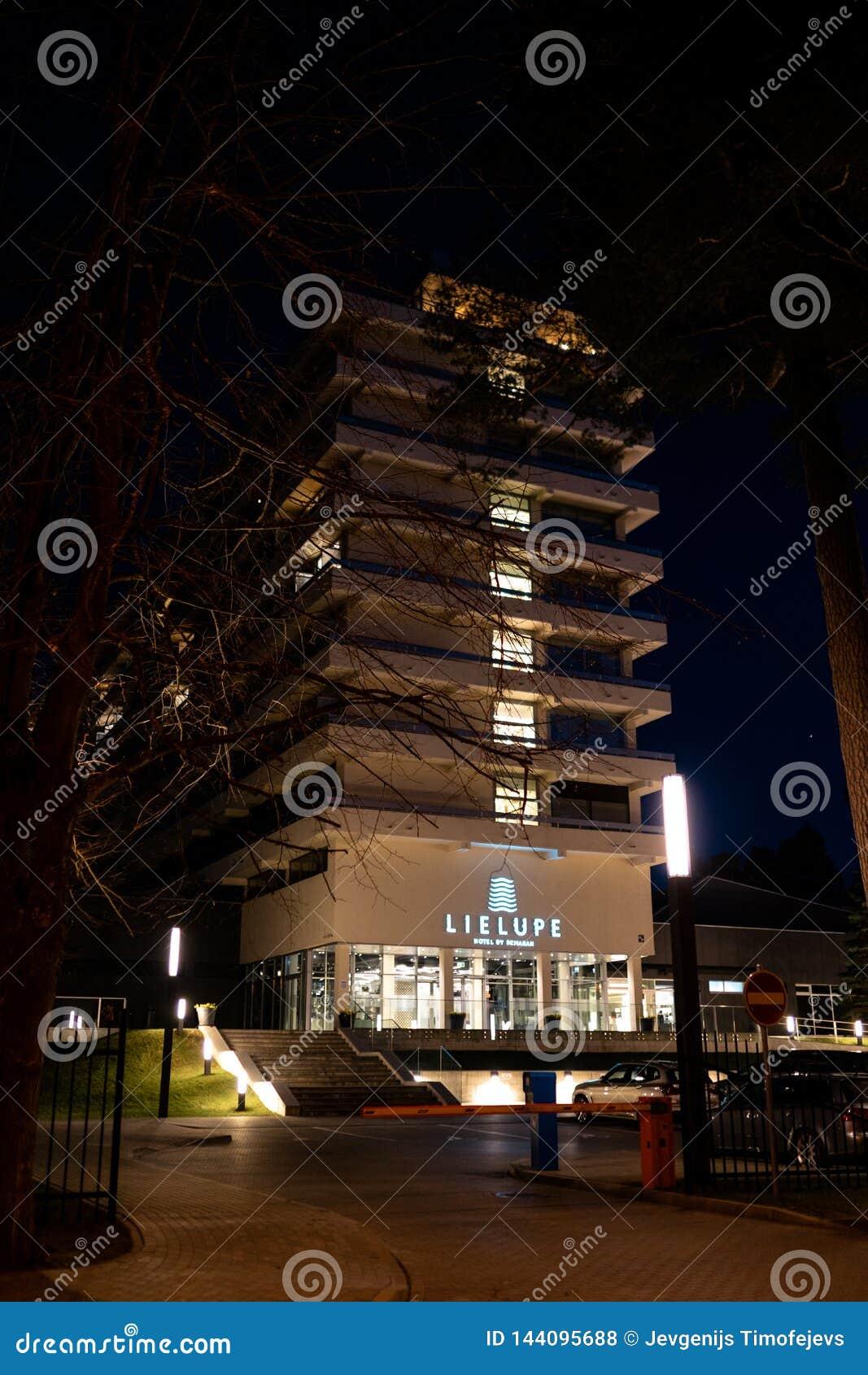 JURMALA, LETÓNIA - 2 DE ABRIL DE 2019: Hotel Lielupe de Semarah na noite - entrada dianteira - sala de conferências popular para
