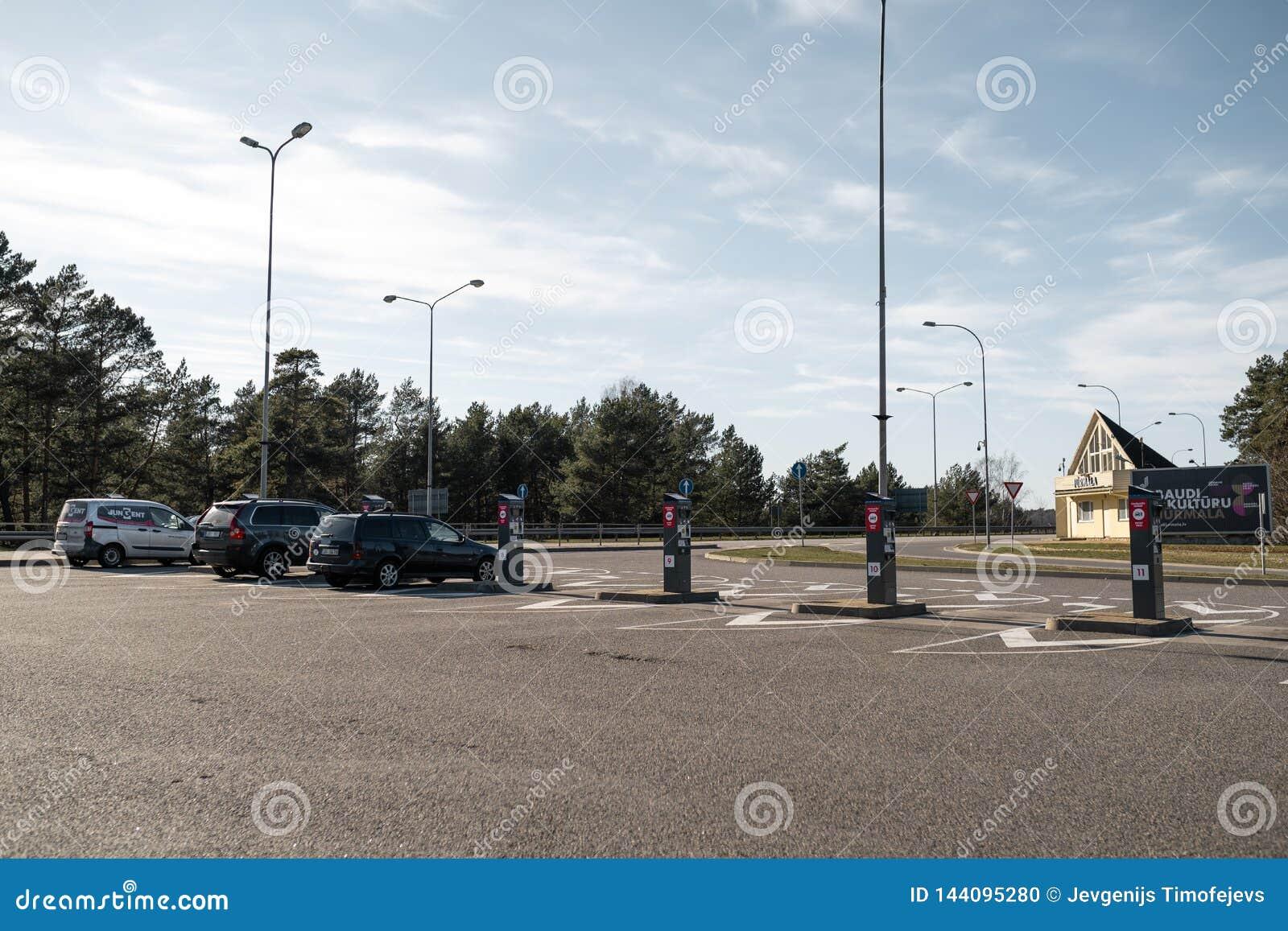JURMALA, LETTLAND - 2. APRIL 2019: Leute zahlen 2 EUR, um die Stadt zu betreten