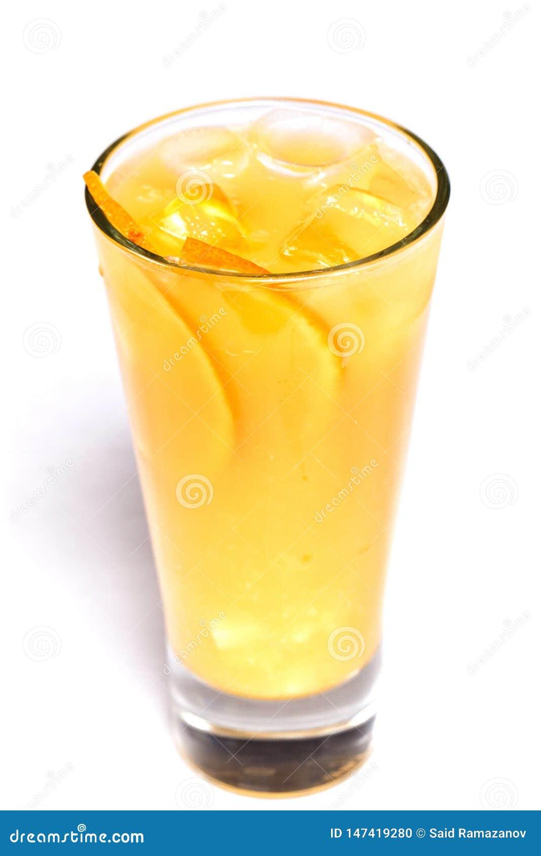 Jus d orange avec de la glace et les morceaux oranges dans un verre sur un fond blanc d isolement