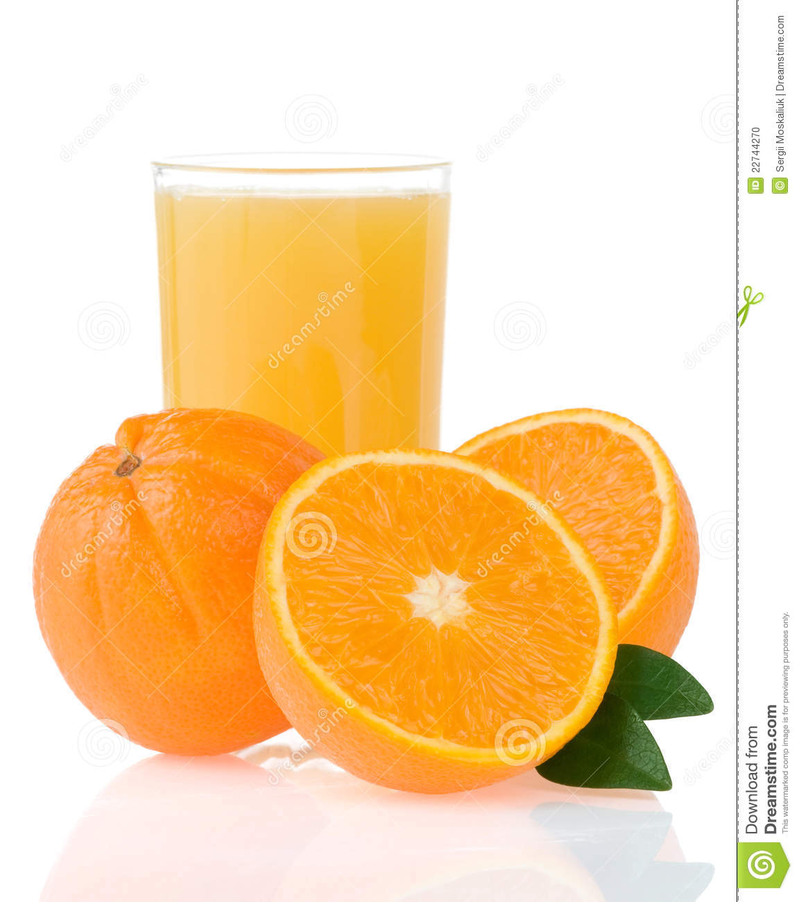 Jus d orange en glace et parts sur le blanc