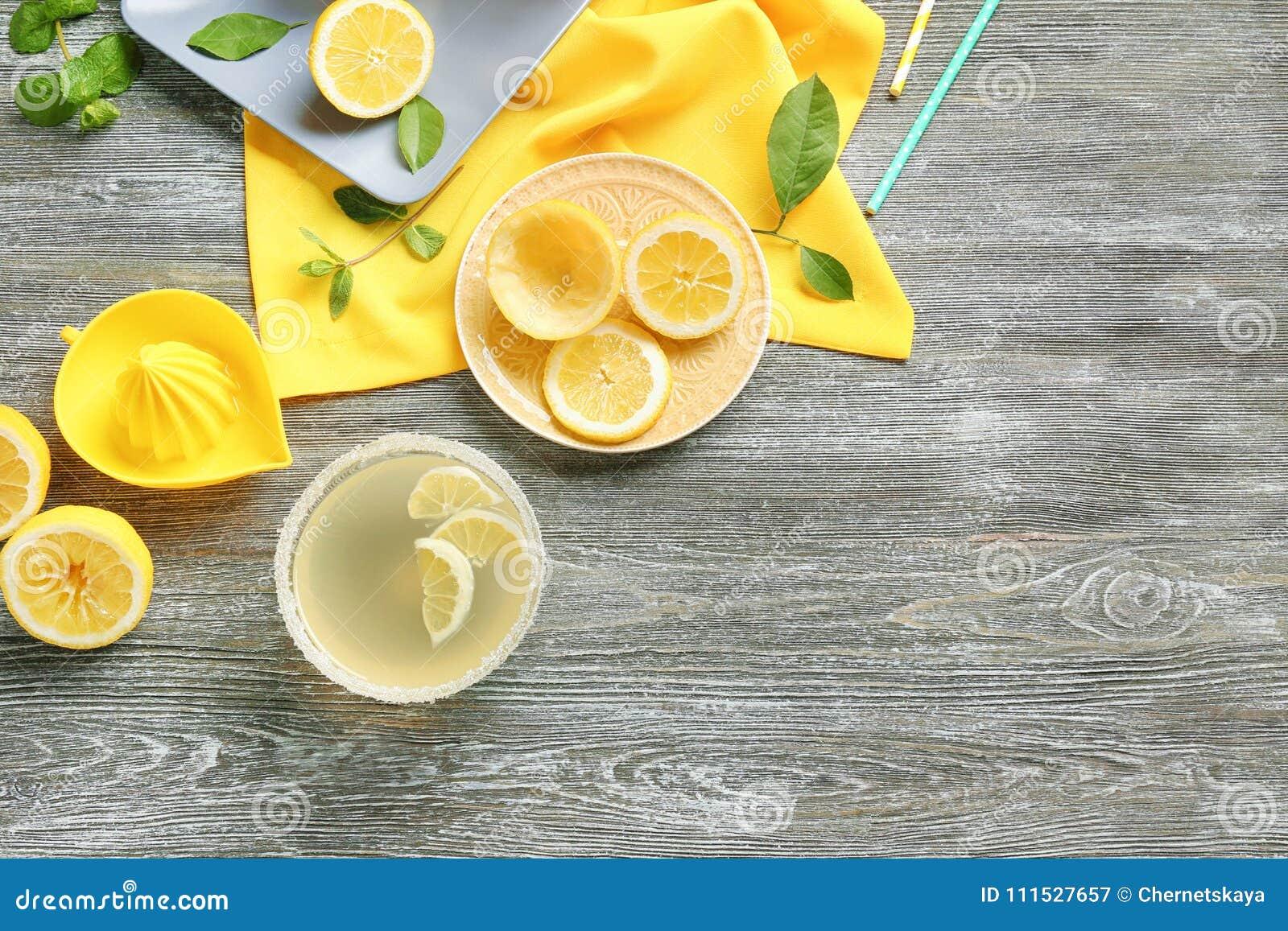 Jus de citron dans la cuvette et le presse-fruits