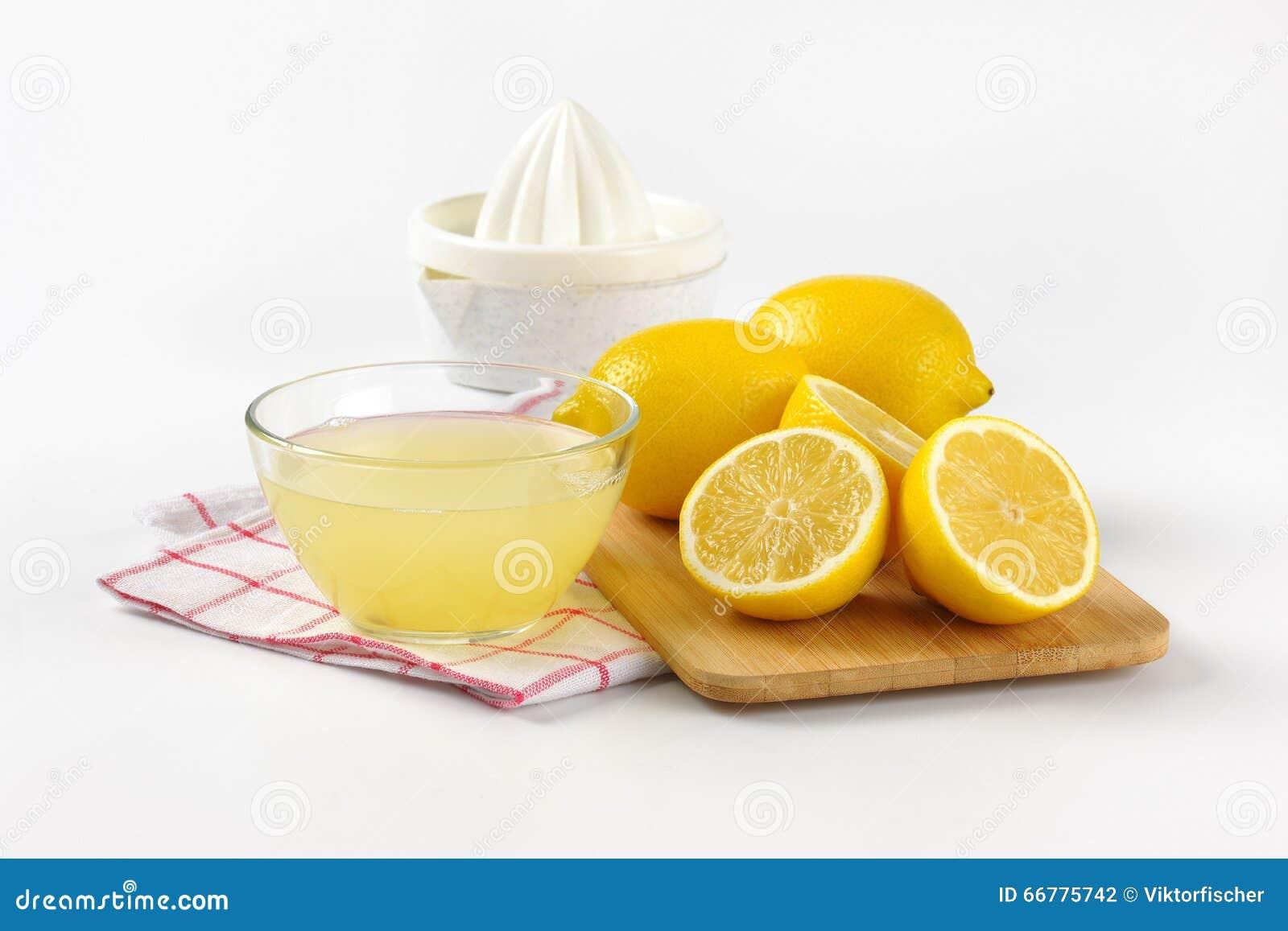 Jus de citron et citrons frais