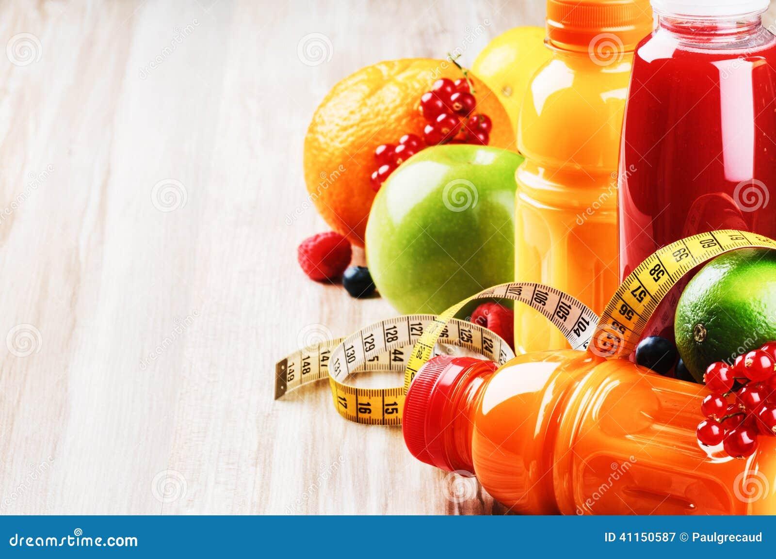 Jus de fruit frais dans l arrangement sain de nutrition