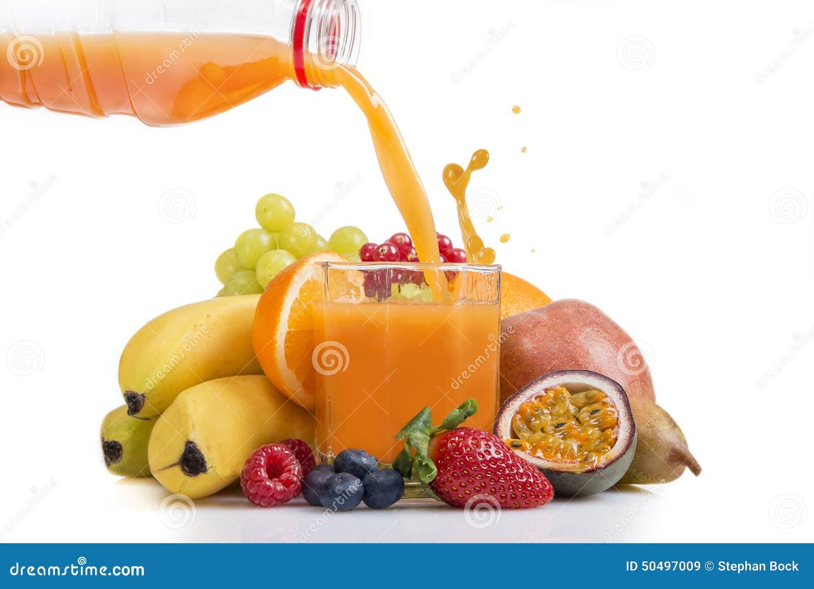 jus-de-fruit-multi-de-vitamine-%C3%A9tant-vers%C3%A9-de-la-bouteille-50497009